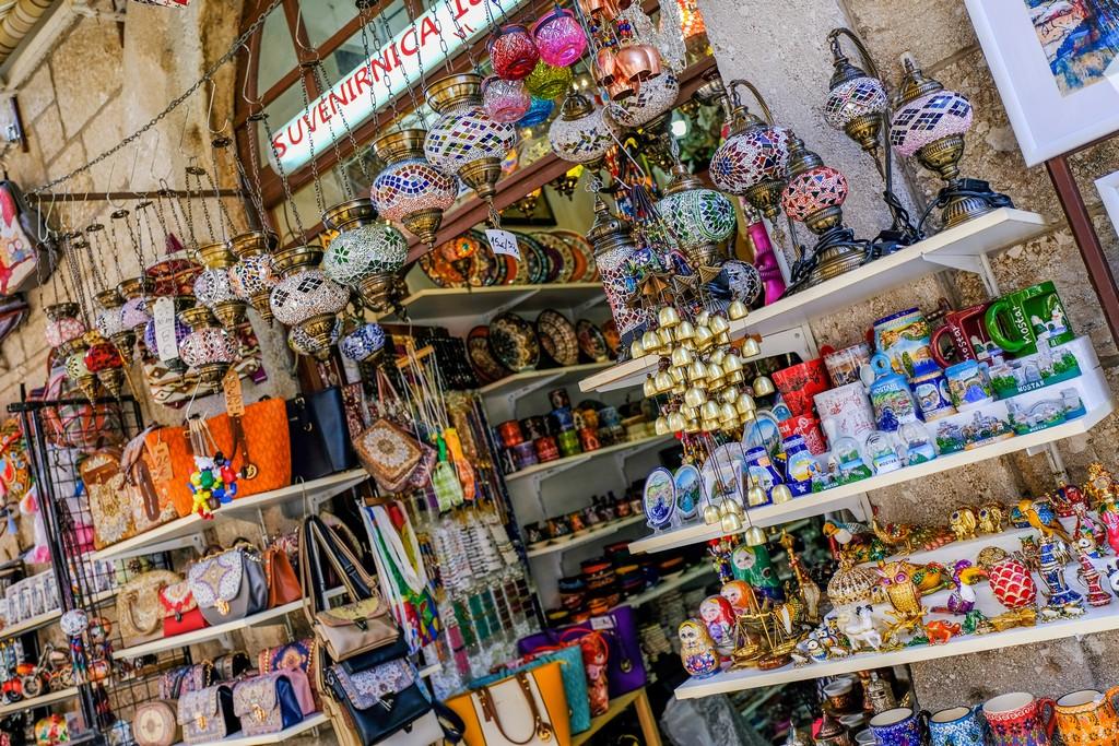 negozio del bazar di mostar con lampadari e borse