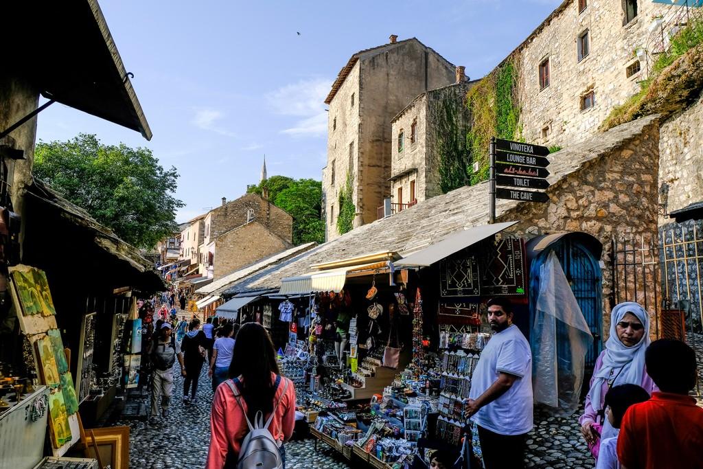 bazar islamico nel tardo pomeriggio con persone che passeggiano