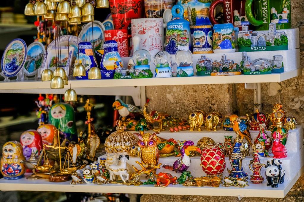articoli del bazar tazze colorate soprammobili e campanelle
