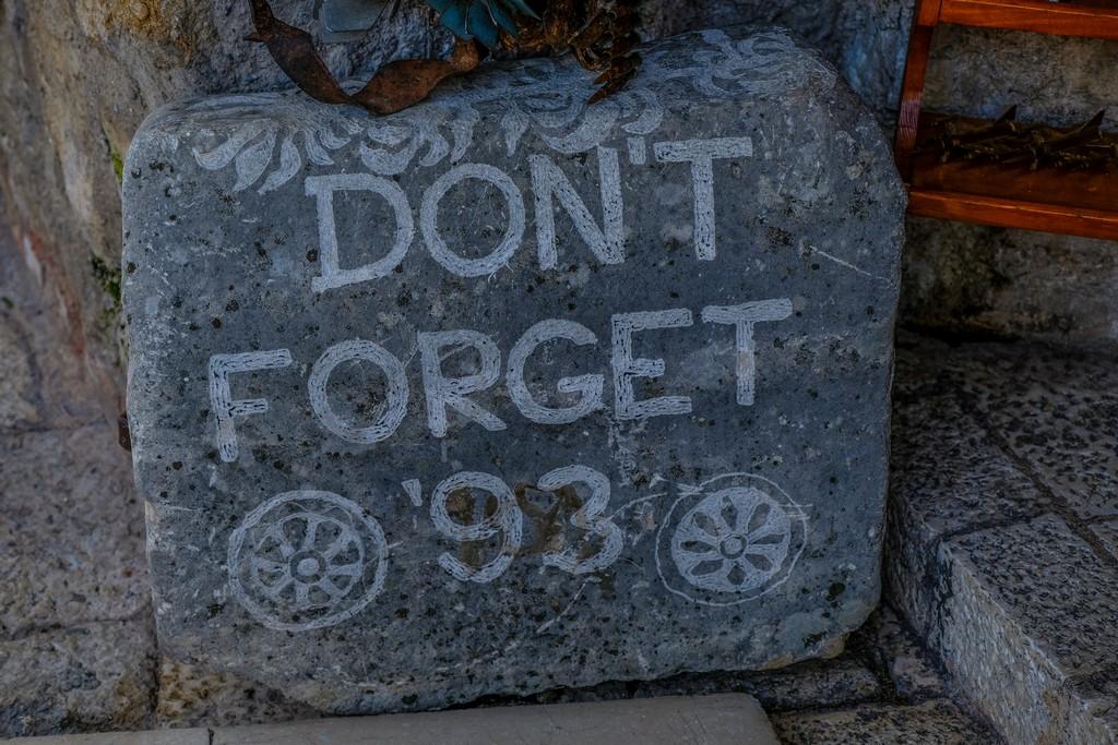 pietra sul ponte vecchio mostar con scritta per non dimenticare