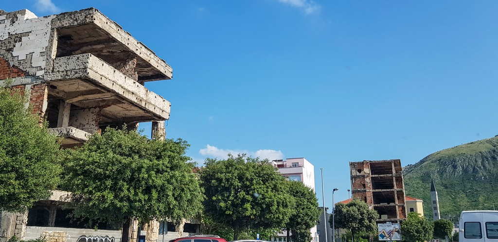 Scheletri di edifici fuori dal Centro Storico