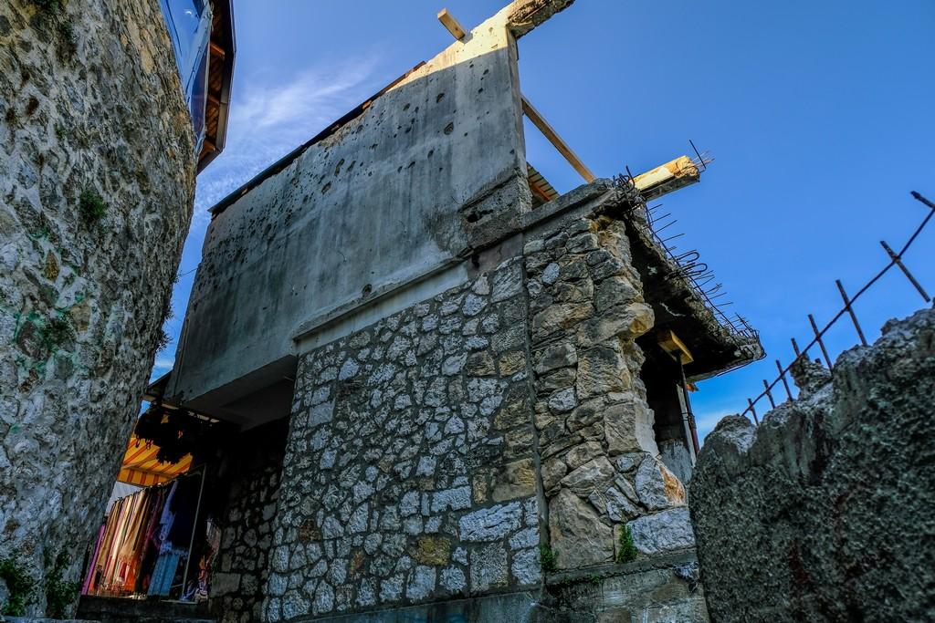 casa crivellata in centro a mostar dopo il ponte storto