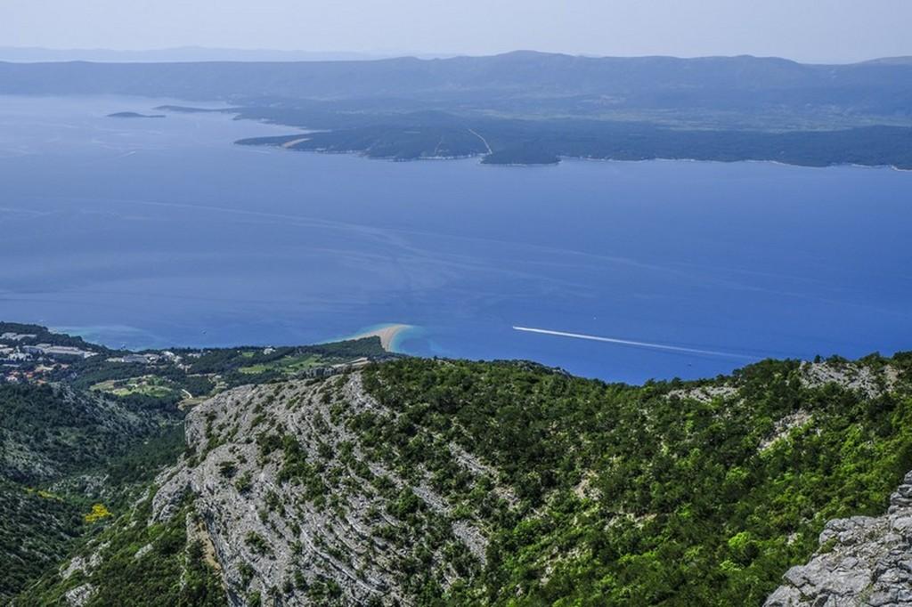 Cosa vedere a Brac: spiaggia vista dalla montagna retrostante