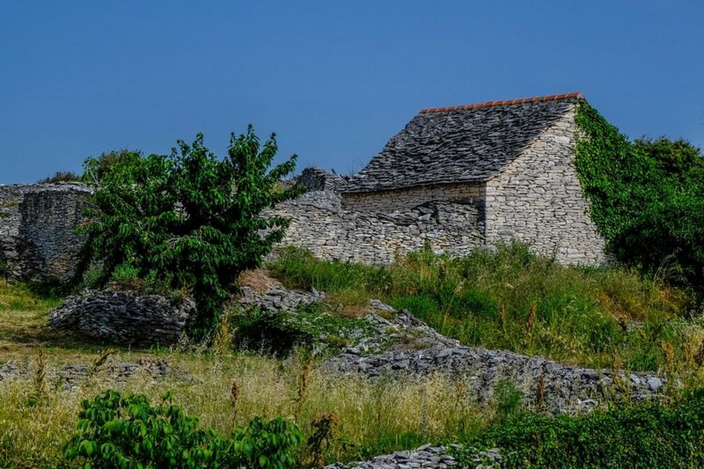 Cosa vedere a Brac: casa antica nel verde