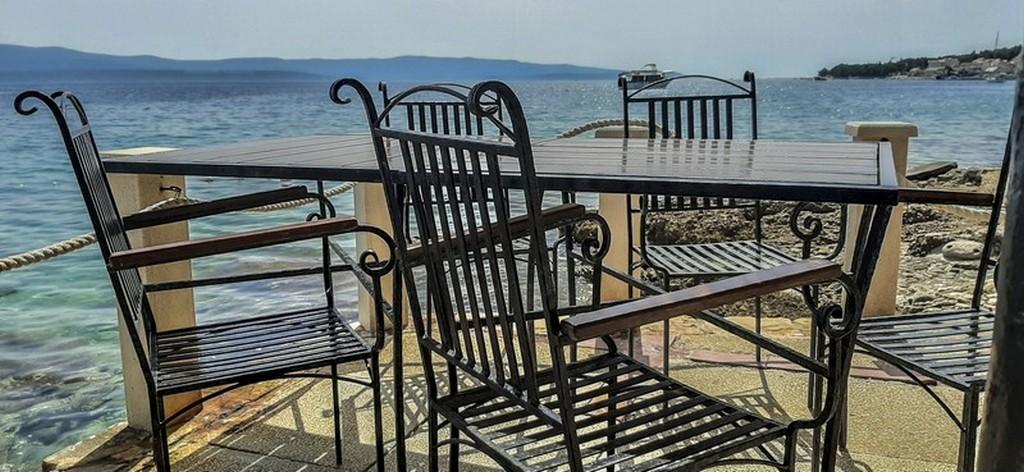 Cosa vedere a Brac: tavolino sul mare