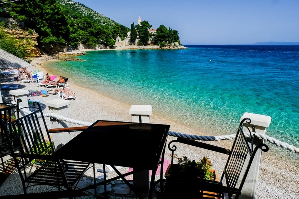Cosa vedere a Brac: tavolino in spiaggia
