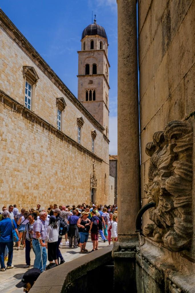 cosa vedere a dubrovnik Maschera della Fontana Grande d'Onofrio e Convento dei Francescani in secondo piano