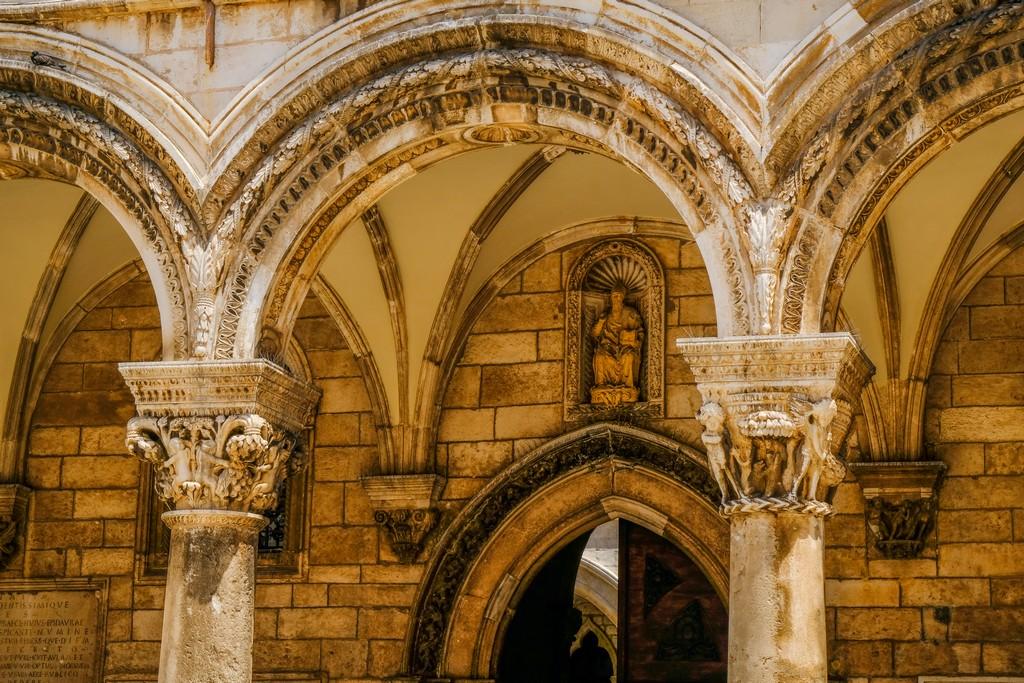 colonne della città vecchia con archi