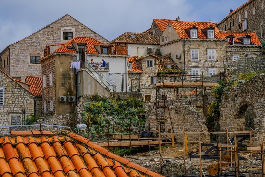 casette con tetti rossi nel centro di dubrovnik alcune in restauro