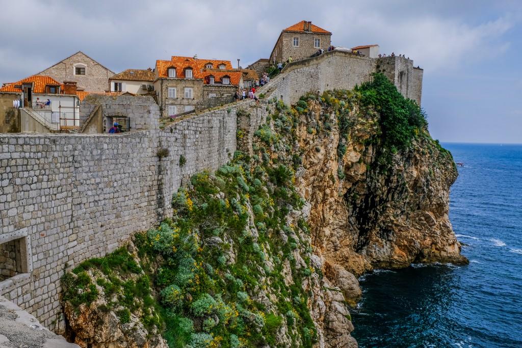 vista delle mura sulla scogliera a picco sul mare