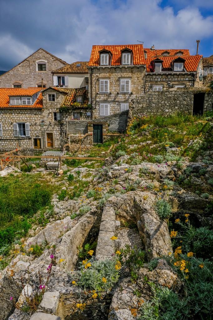 case antiche e roccia nuda