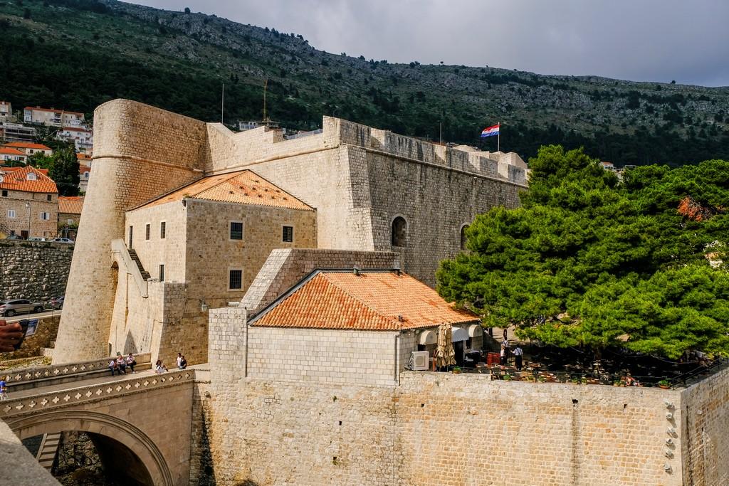 Vista della Fortezza Revelin dalle mura. Dietro c'è Porta Ploce.