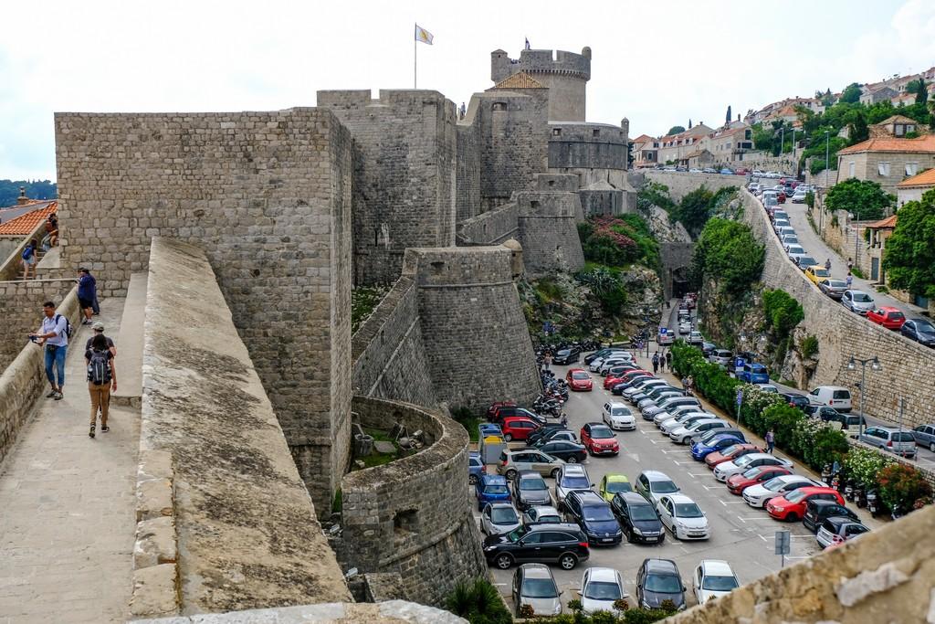 Parcheggi al completo fuori dalle mura ad inizio giugno