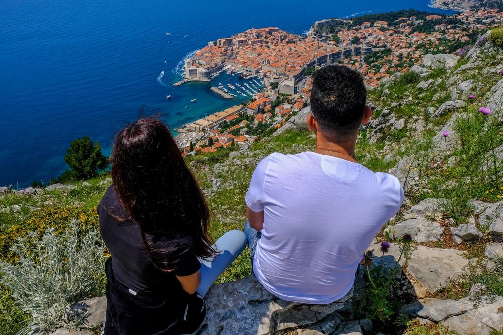 cosa vedere a dubrovnik coppia guarda città dall'alto