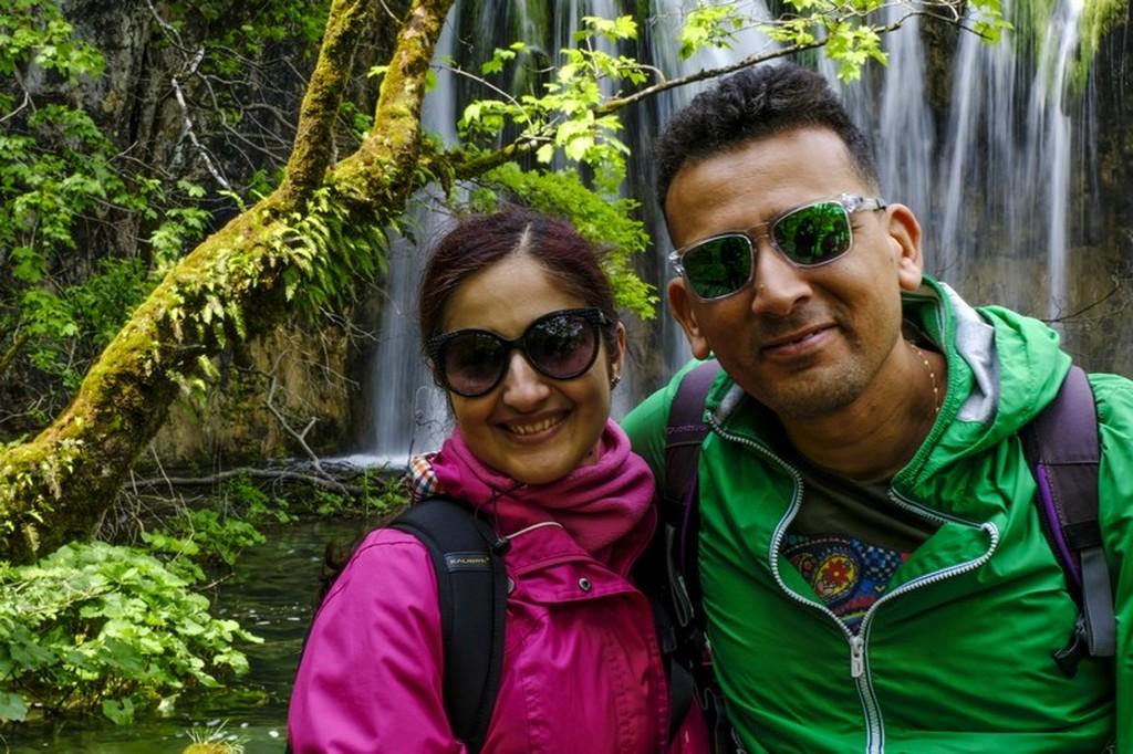 Guida laghi di Plitvice: coppia davanti alla cascata