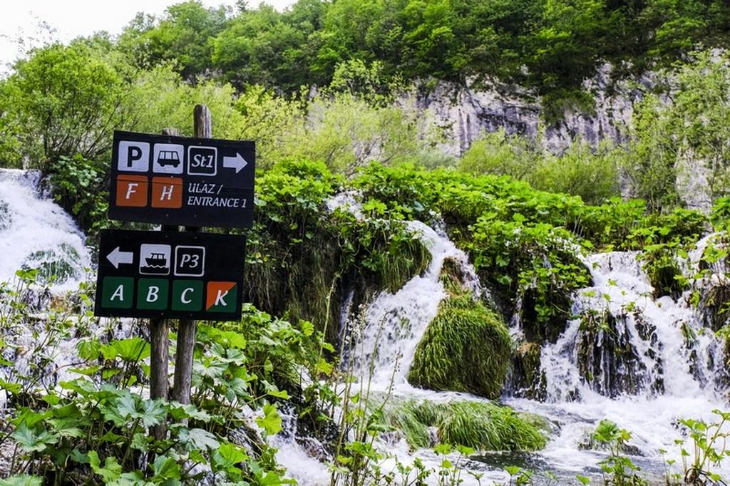 Guida laghi di Plitvice: cartelli con itinerari e cascata