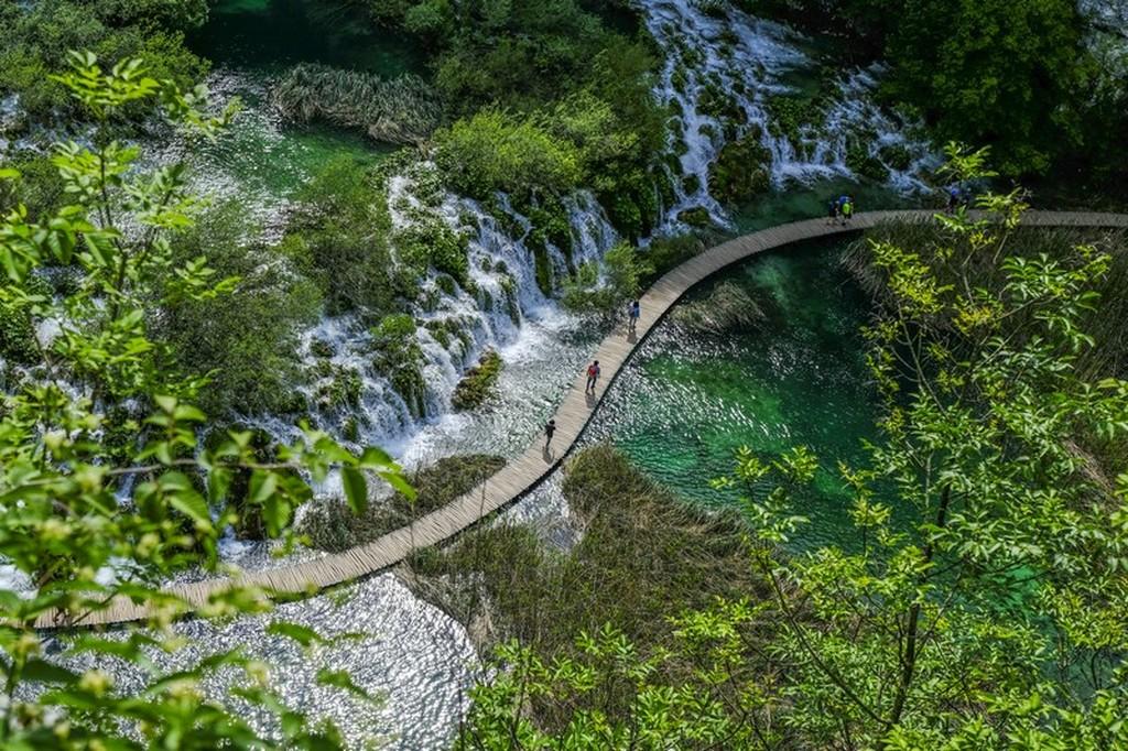 Guida laghi di Plitvice: passerella fra i laghi vista dall'alto