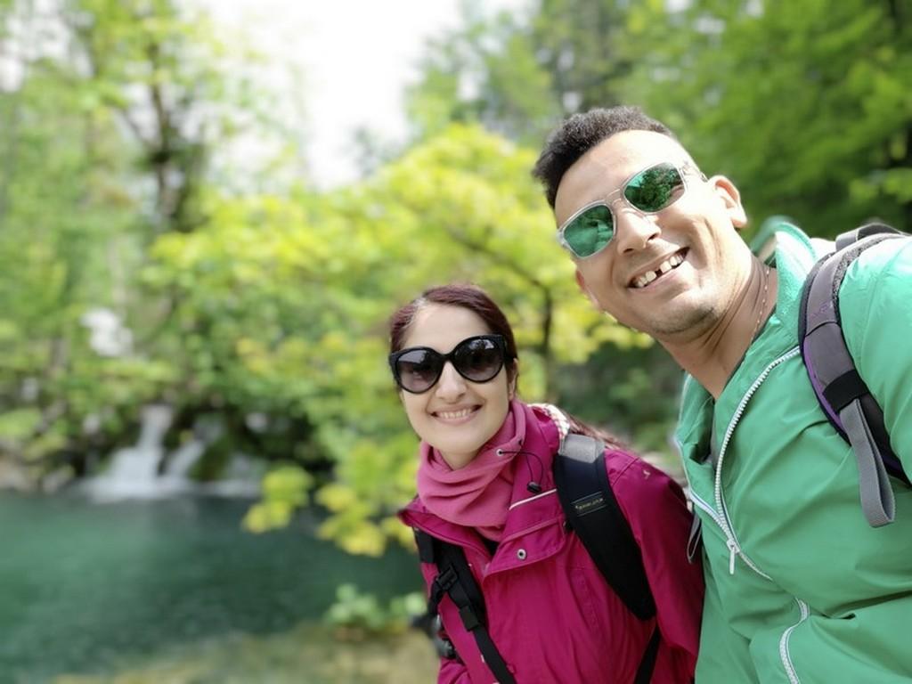 Guida laghi di Plitvice: coppia con laghi sullo sfondo