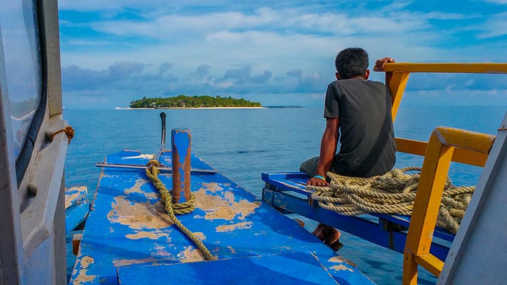 vista dell'isola in avvicinamento dalla barca con persona