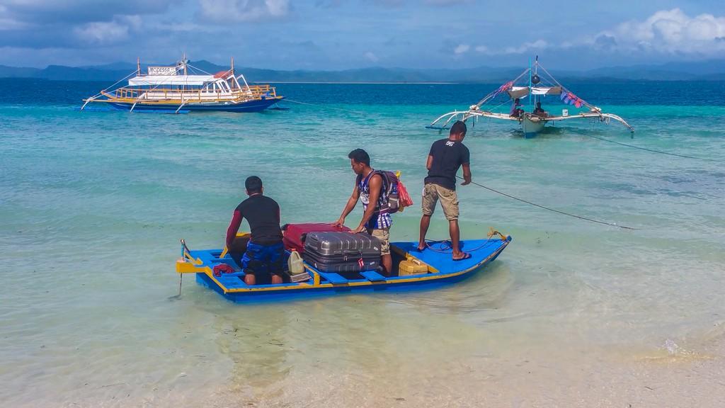 valigie in equilibrio precario su barca che affonda