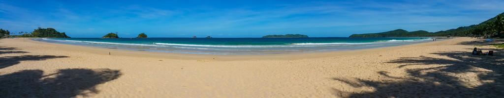 panoramica di spiaggia e isolette