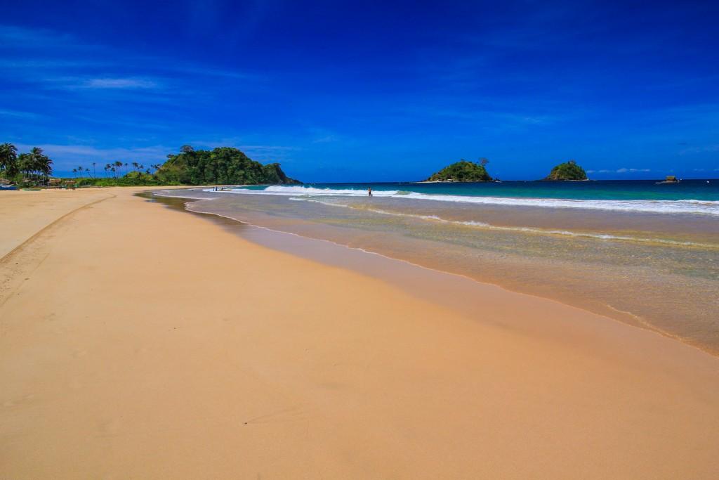 lunga spiaggia con isolette al largo