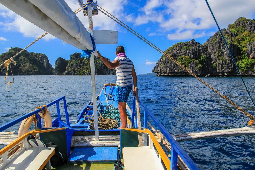 uomo su barca in navigazione