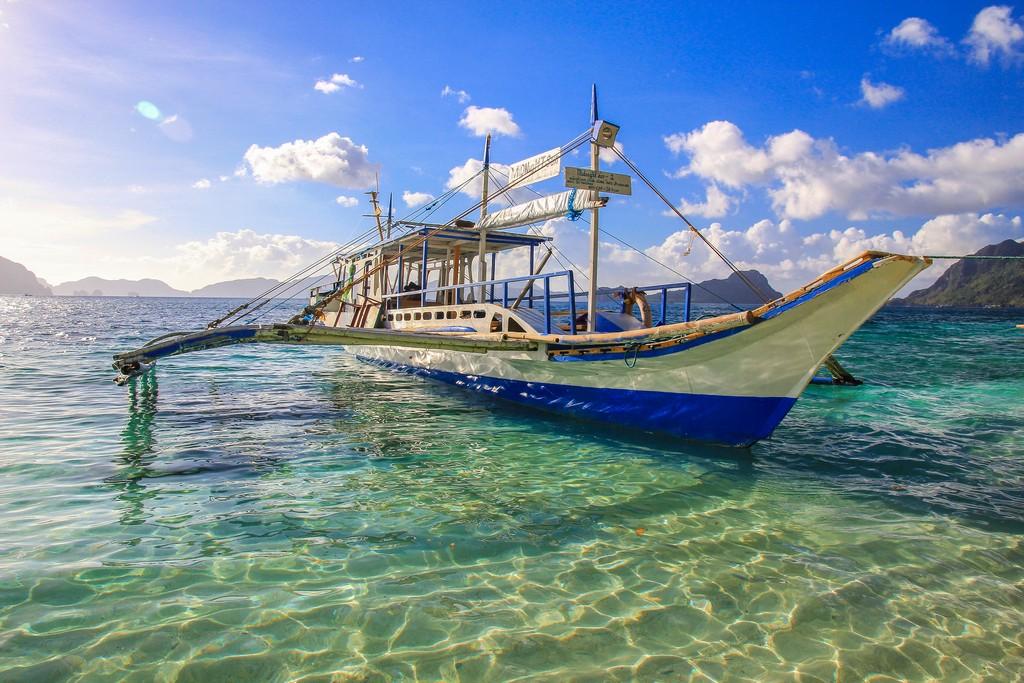 vista di una barca filippina bangka dalla spiaggia