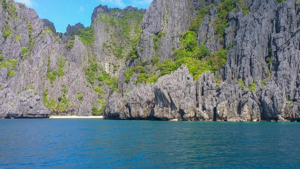 spiaggetta protetta da rocce