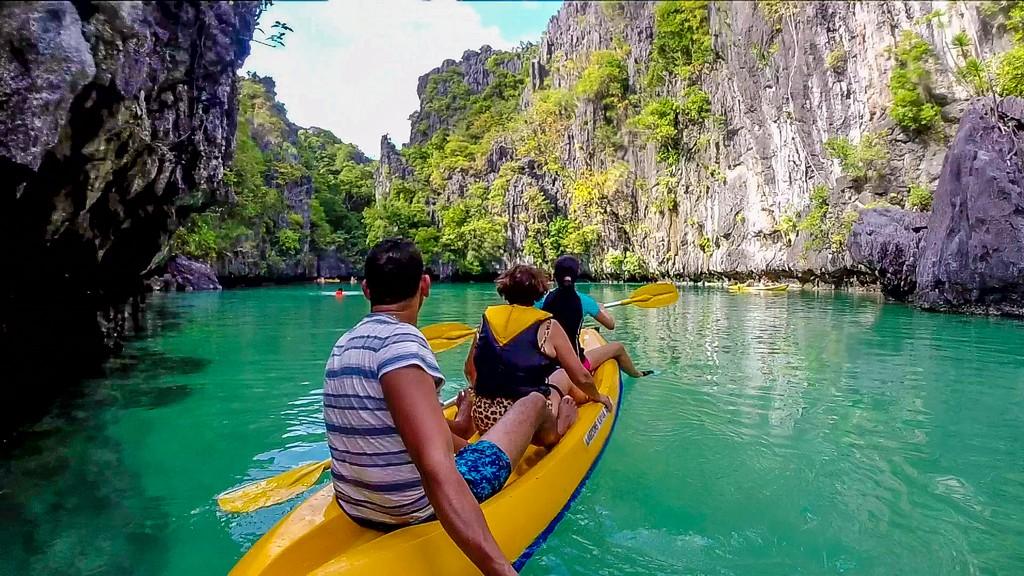 3 persone su kayak in laguna marina chiusa