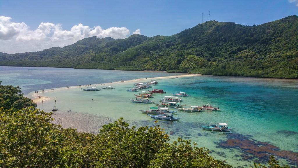 lingua di sabbia fra 2 isole con barche