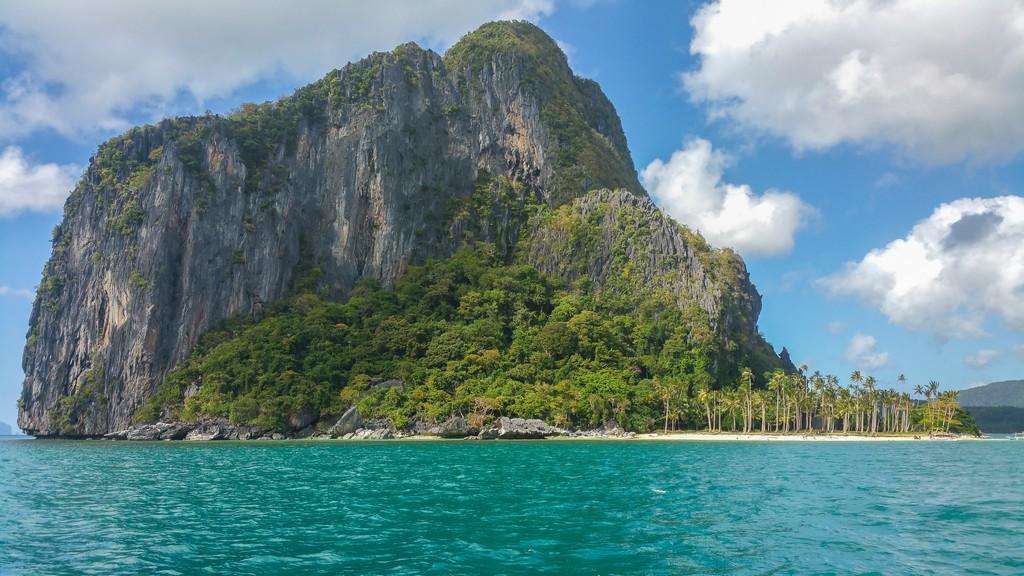 isola con rocce a strapiombo e palme