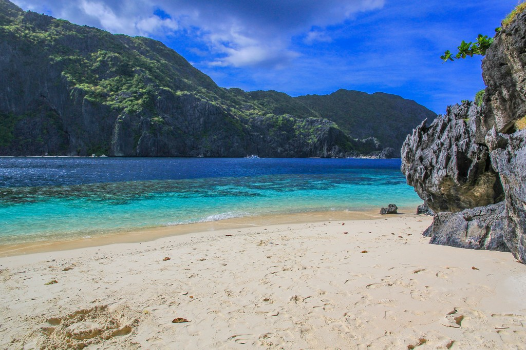 spiaggia con sassi