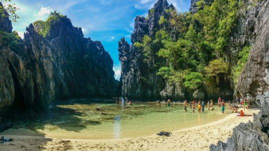 spiaggia protetta da scogliere