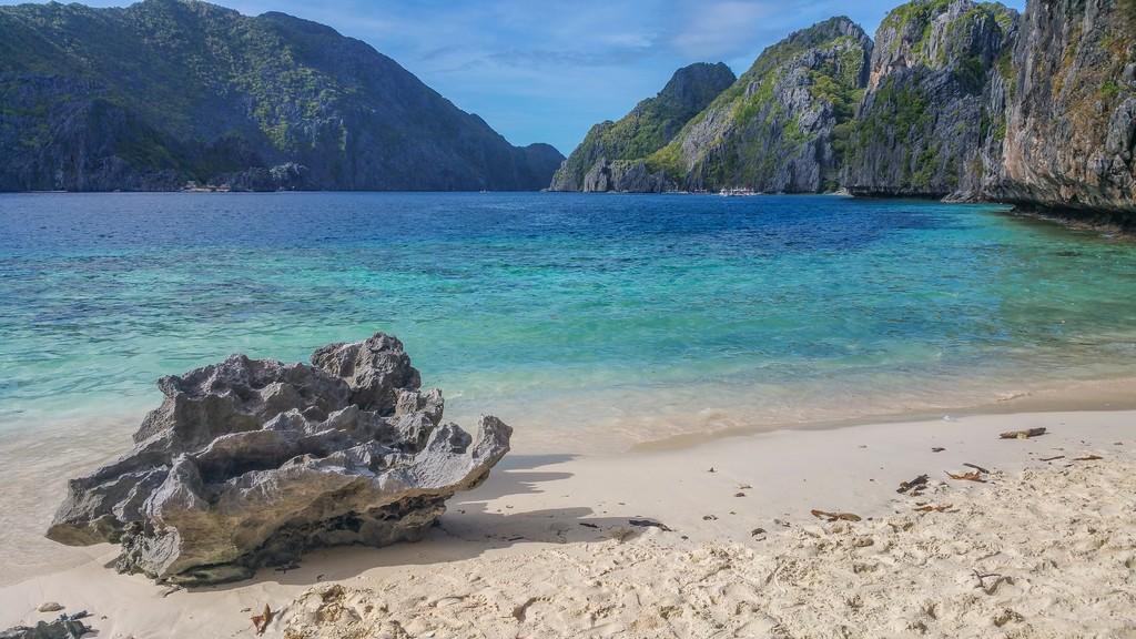 spiaggia di sabbia con sassi
