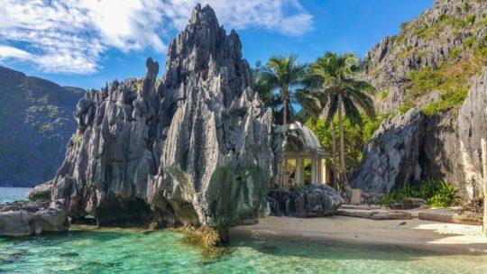 spiaggia con tempio
