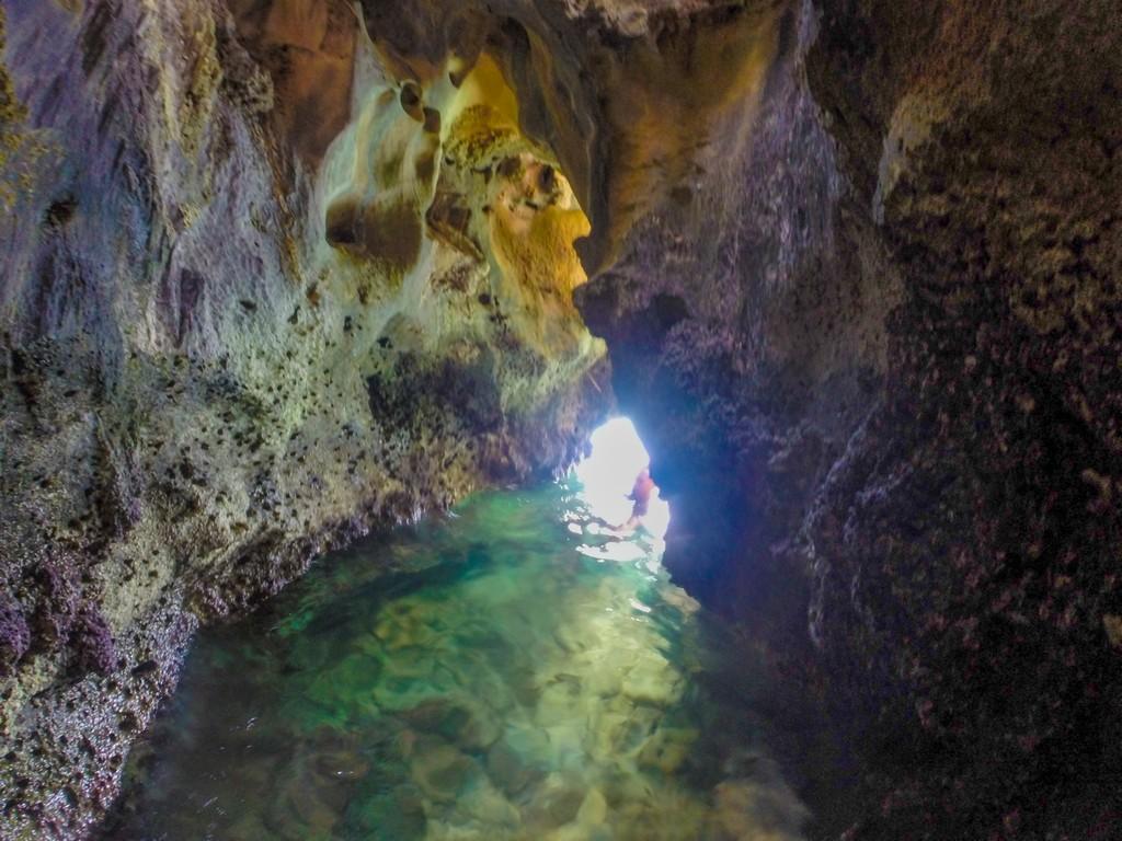 ingresso di una grotta a livello del mare