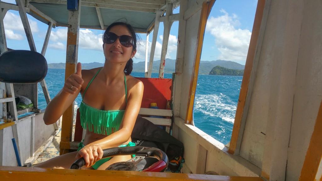 donna che guida barca