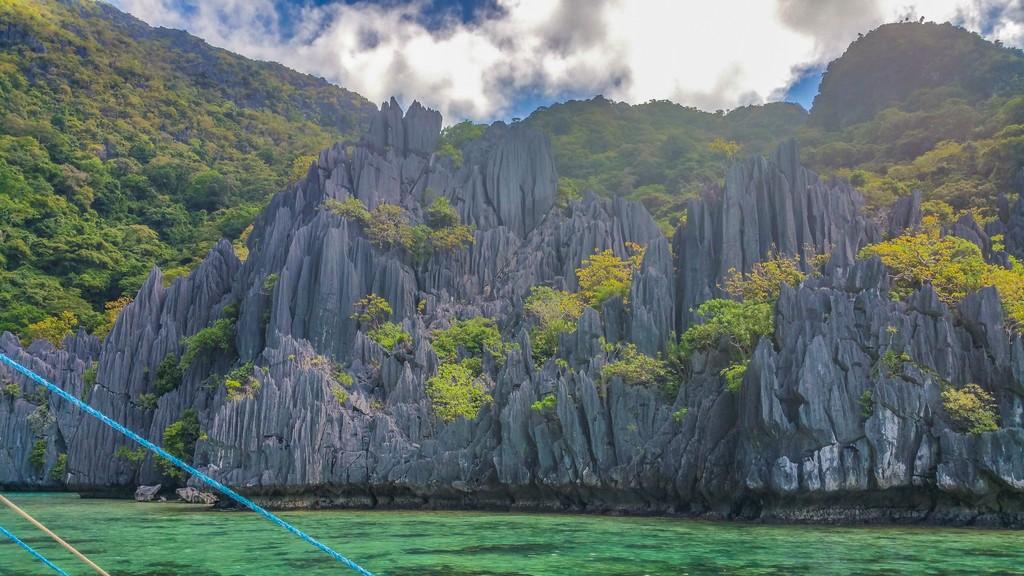 baia con rocce e vegetazione