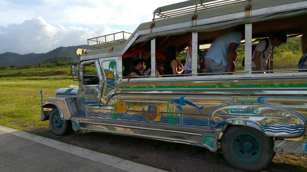 jeepney colorato usato per il trasporto in aeroporto