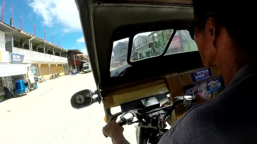 vista del manubrio di un mototaxi mentre viene guidato
