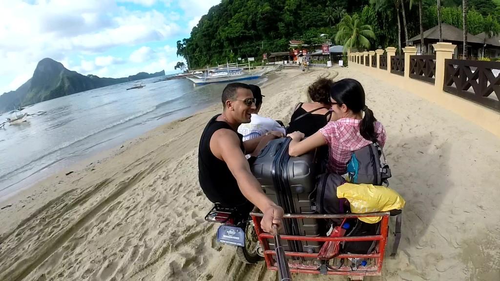 persone su un mototaxi sulla spiaggia