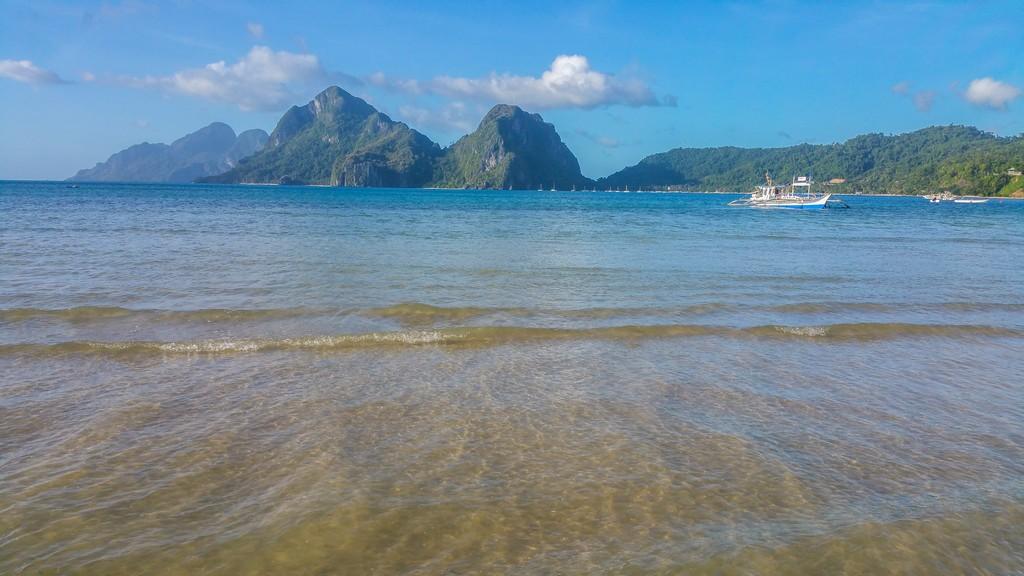spiaggia con sfondo di montagne