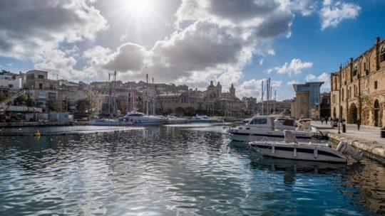 visita a vittoriosa cospicua e senglea sole si specchia sul porto con barche