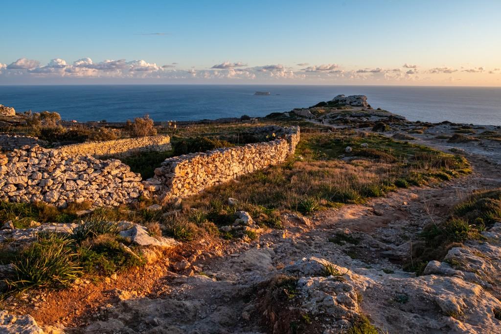 sentiero per promontorio sul mare