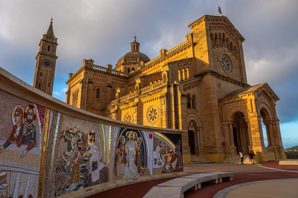 Cosa vedere a Gozo mosaici con chiesa dietro