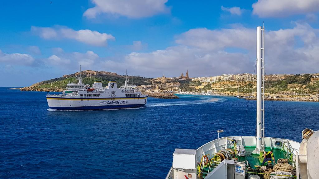 nave esce dal porto