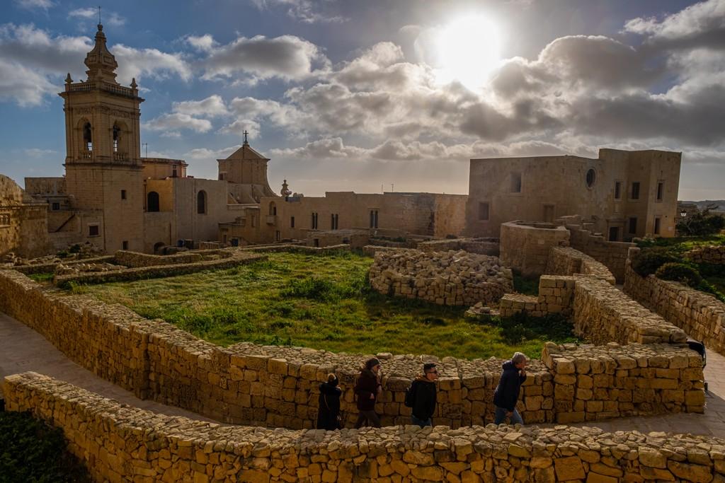 Cosa vedere a Gozo cittadella con raggi del sole