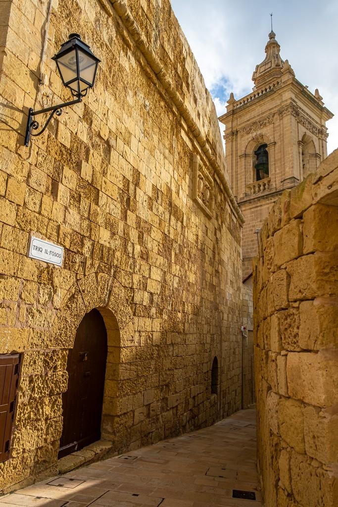 vietta della cittadella con lampione  campanile