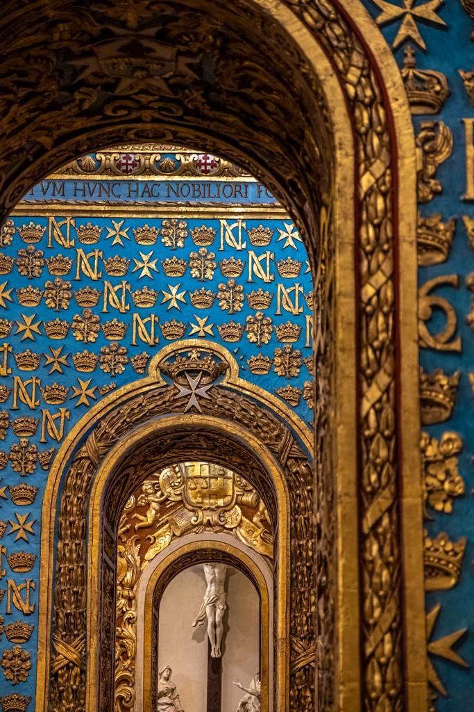 pareti azzurre con decori in oro